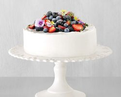How to Decorate a White Wedding Cake